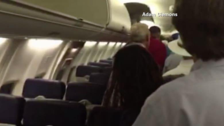 مشاهد من داخل الطائرة .. عملية إخلاء عاجلة قبيل الإقلاع من بوسطن