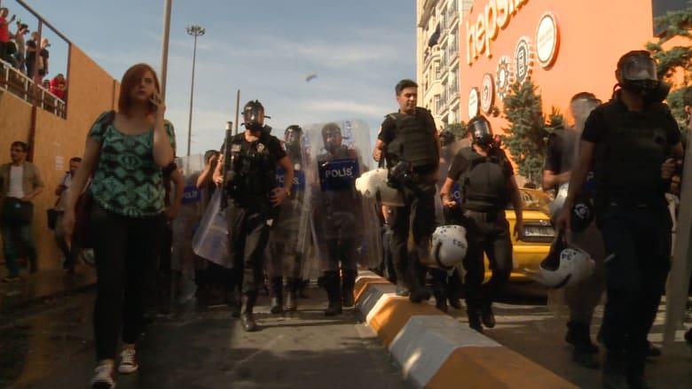 """شاهد: الشرطة التركية تطلق """"رذاذ الفلفل"""" على موكب للمثليين في اسطنبول"""