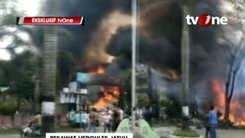 بالفيديو.. اللحظات الأولى بعد سقوط طائرة إندونيسية فوق حي سكني