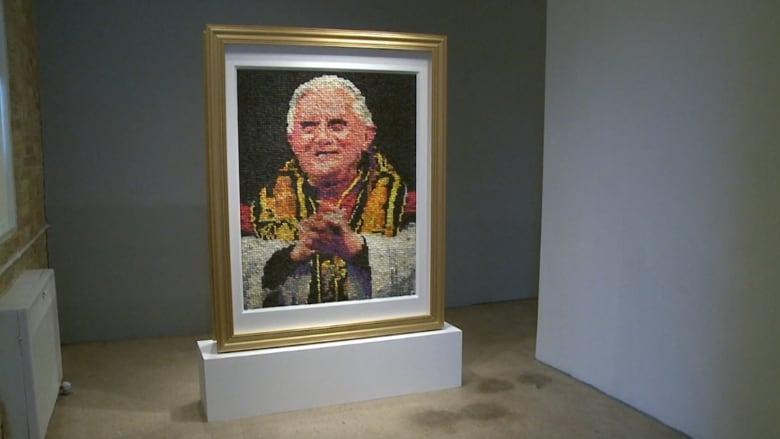 جدل حول لوحة من آلاف الواقيات الذكرية يظهر فيها وجه البابا