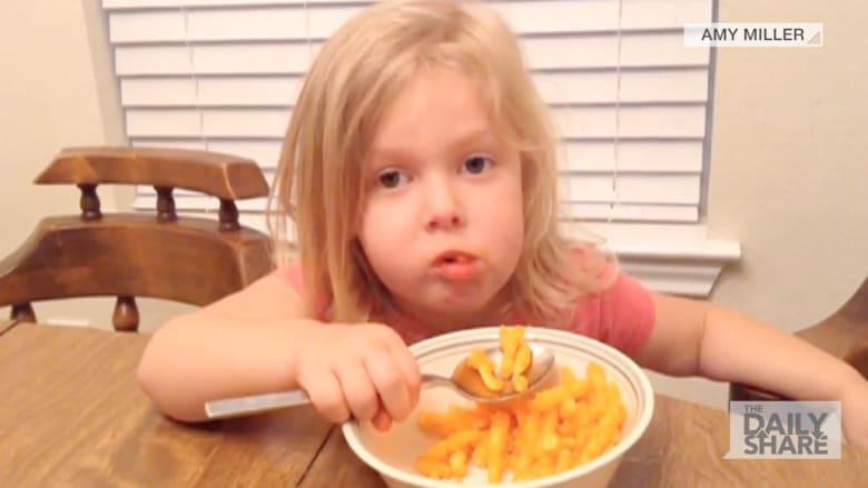 """شاهدوا كيف تأكل هذه الطفلة رقائق """"شيتوز"""" بالملعقة"""