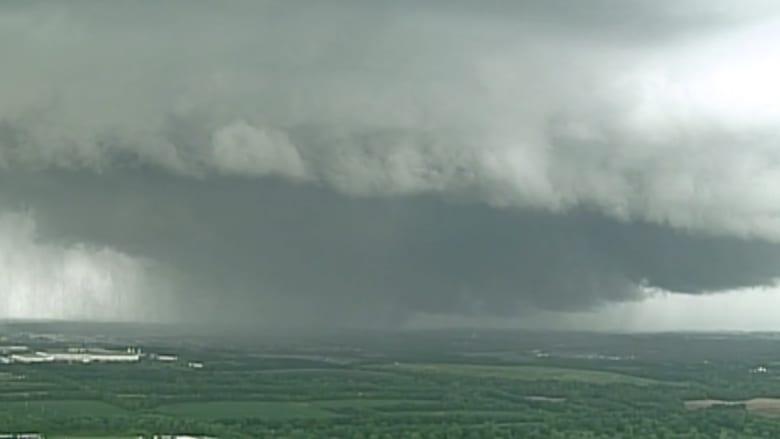 بالفيديو.. مشهد مرعب لعاصفة رعدية تسببت بإعصار في أوهايو