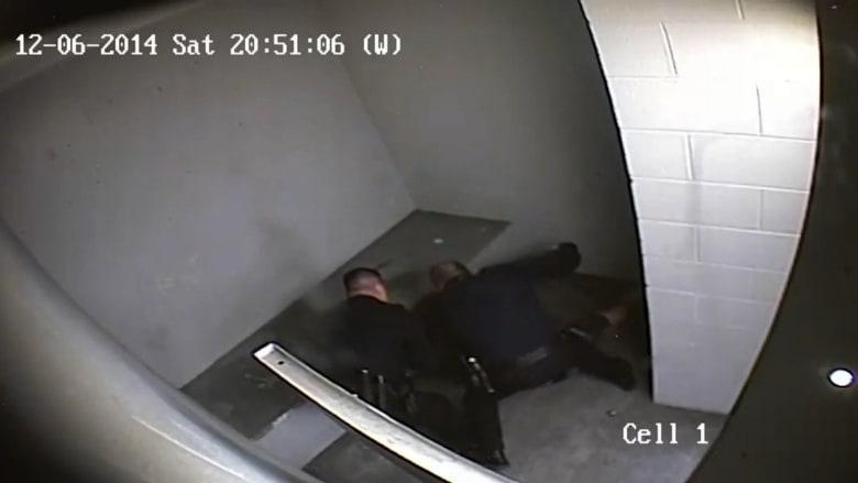 بالفيديو: شرطي عنيف يشبع محتجزا ضربا وركلا غير آبه بالكاميرا