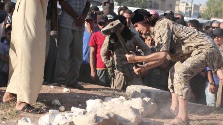 بالفيديو.. داعش يدمر تماثيل مهربة من تدمر ضبطها في حلب