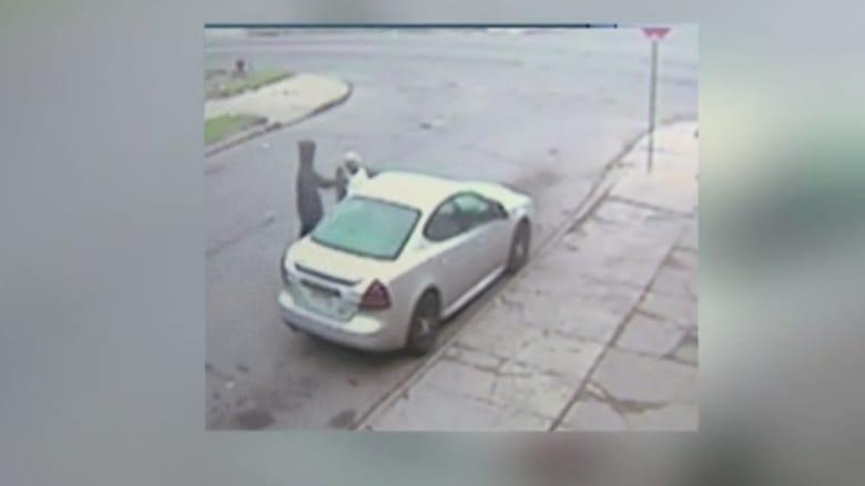 شاهد بالفيديو.. مجرمان يهاجمان امرأة مسنة..ويسرقان حقيبتها و سيارتها