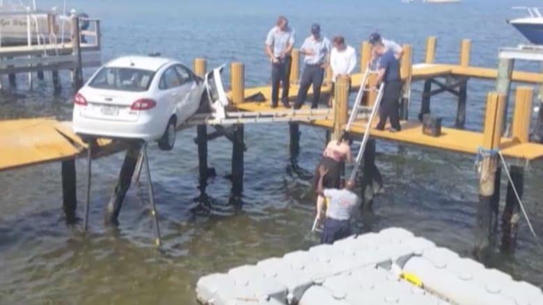 بالفيديو.. حادث سيارةغريب من نوعه! القفز بالماء للنجاة