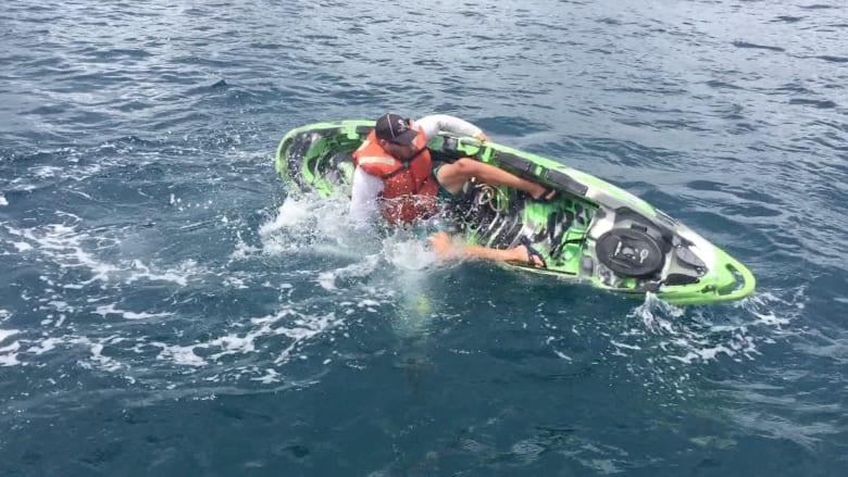 لحظة مرعبة.. شاهد قرشاً يهاجم صياداً في عرض البحر