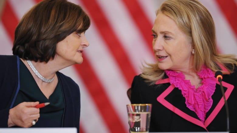 شيري بلير وهيلاري كلينتون خلال لقاء جمع السيدتين في اجتماع المجلس العالمي للقيادة النسائية في واشنطن.