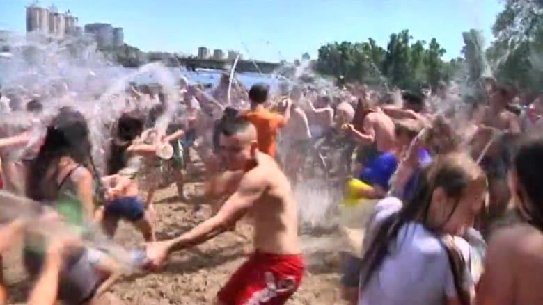 """شاهد.. """"معارك مائية"""" بين مئات الأوكرانيين لمواجهة موجة الحر"""
