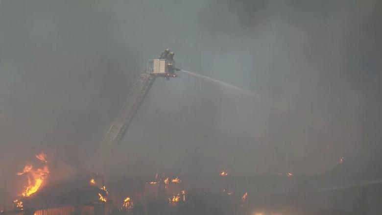 شاهد.. حريق ضخم يلتهم فندقا وإخلاء 500 غرفة بسبب النيران
