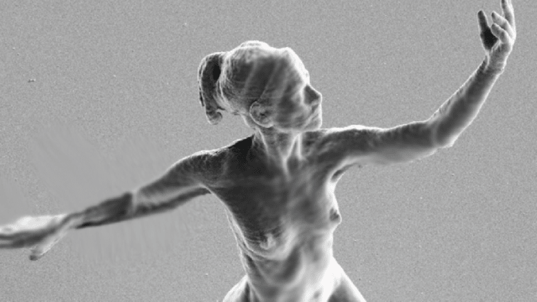 هذا أصغر تمثال في العالم..يكاد أن يقف على شعرة من جسم الإنسان