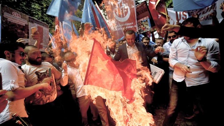 بالفيديو.. أتراك غاضبون يحرقون علم الصين بسبب منع مسلمي الإيغور من الصوم