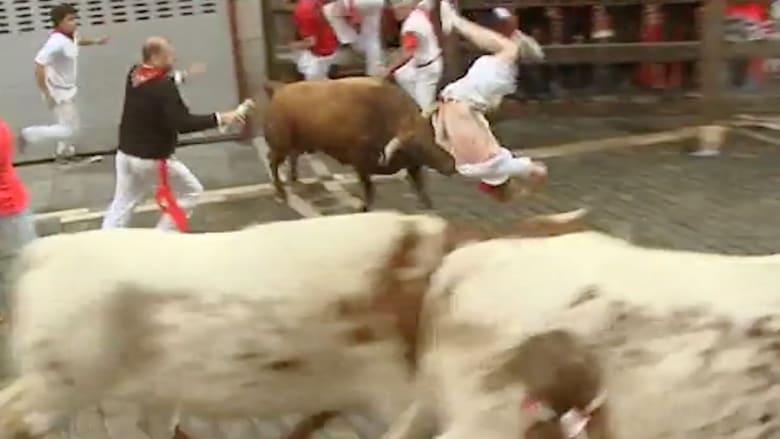 بالفيديو.. إصابات وركض في مهرجان الثيران بإسبانيا