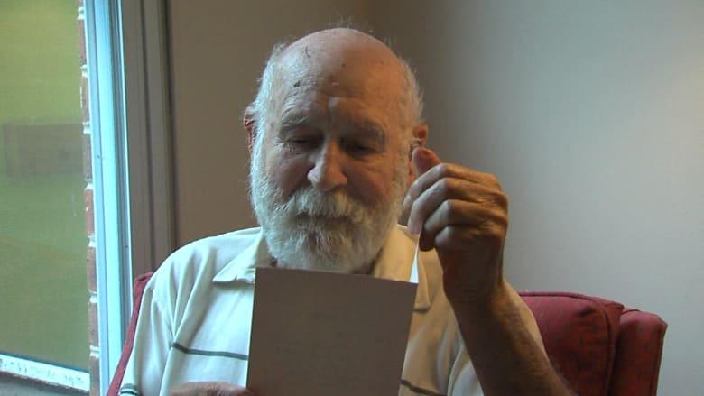 """والد يتلقى """"رسالة من ابنه الميت"""" ويراها """"علامة من الجنة"""""""