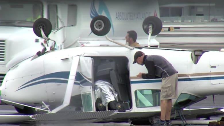 بالفيديو.. شاهد كيف قلبت الرياح العاتية هذه الطائرة