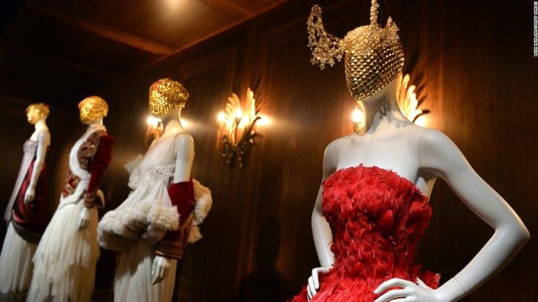 الاحتفال بالجمال الوحشي.. افتتاح متحف يعرض التصاميم الخالدة لأيقونة الأزياء ألكساندر ماكوين