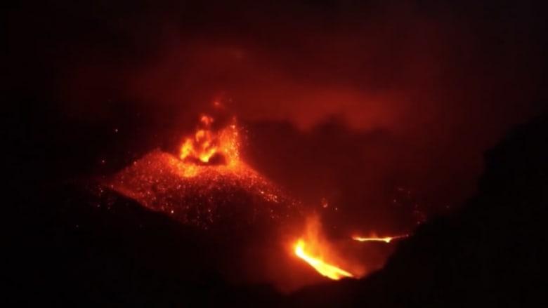 بالفيديو.. بركان جبل رونغ يقذف الحمم ويربك الملاحة الجوية بإندونيسيا