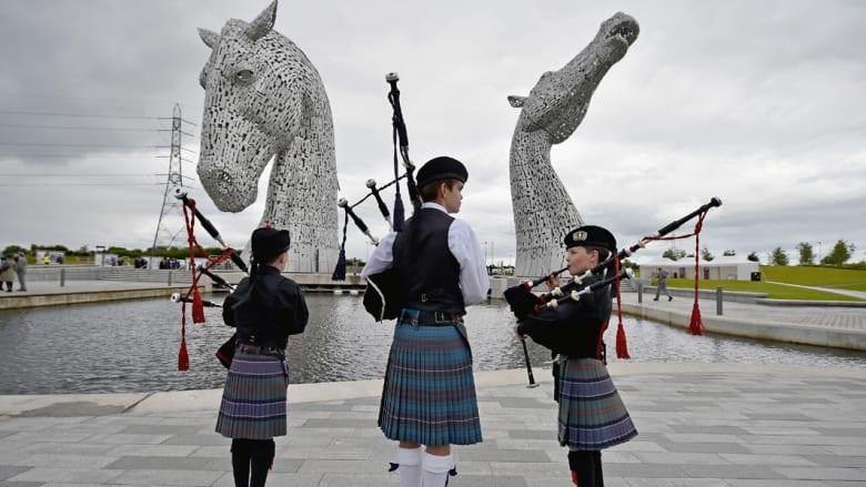 تمثالان عملاقان في اسكتلندا يخلدان جمال الخيول