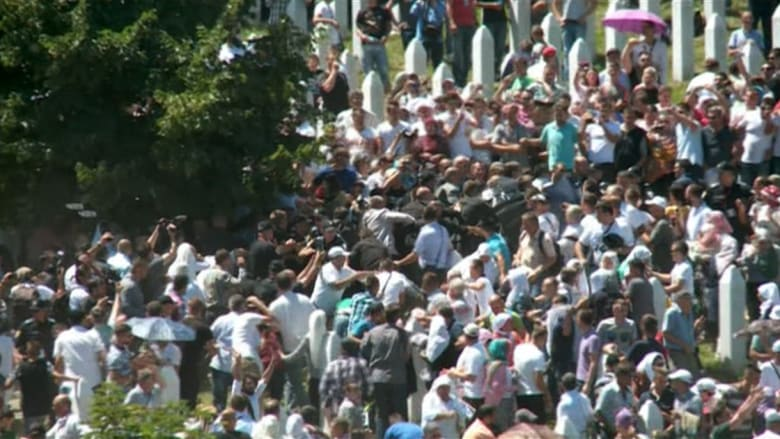 شاهد.. رئيس الوزراء الصربي يهرب بعد رشق مسلمين له في ذكرى مذبحة سربرنيتشا