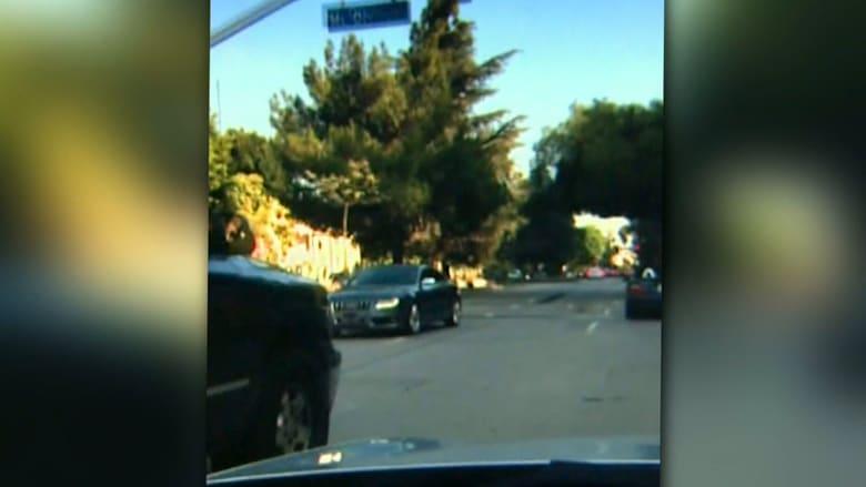 شاهد: سائق يقود سيارة إلى الوراء لعدة دقائق في طريق مزدحم