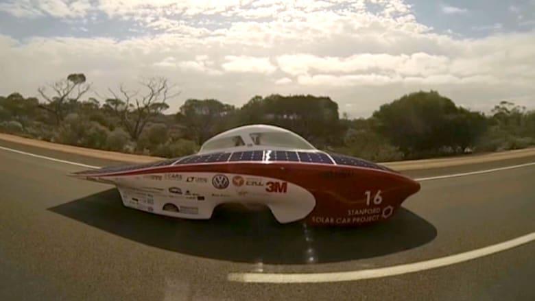 شاهد.. سيارة تعمل بالطاقة الشمسية في سباق مدته 5 أيام لطلبة المدارس