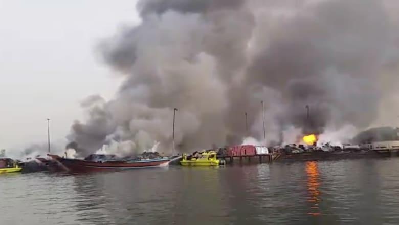 شاهد.. اندلاع حريق هائل بمركبين في ميناء الخور بدبي