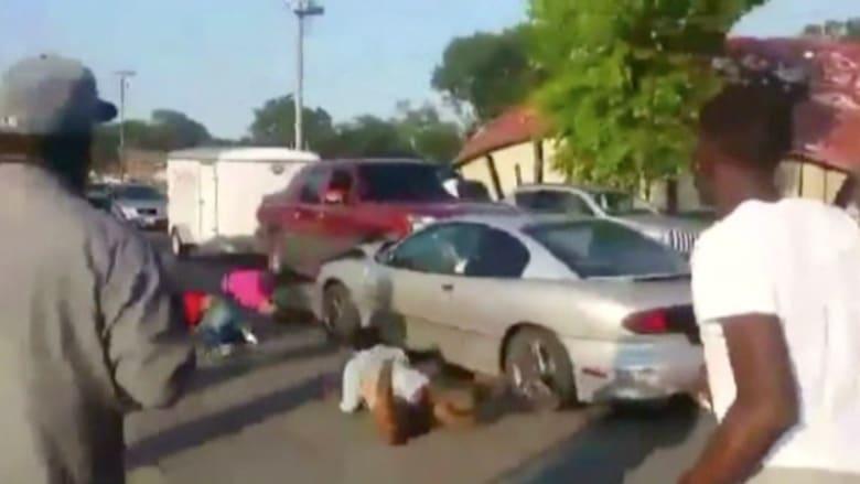 شاهد..فتاة تصدم 4 مراهقات بسيارتها وتقذفهن بالهواء