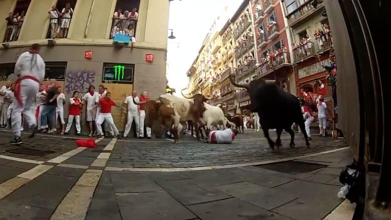بالفيديو.. ثيران هائجة تلاحق الناس في شوارع بامبلونا الإسبانية