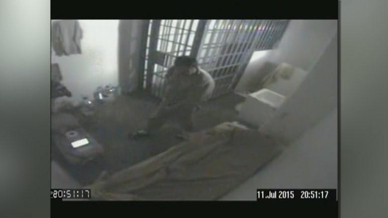 """شاهد لحظة هروب """"إل تشابو"""" أخطر تاجر مخدرات من السجن"""
