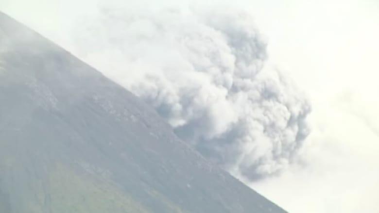 بالفيديو.. مشاهد للحظة ثوران بركان جمالاما بإندونيسيا