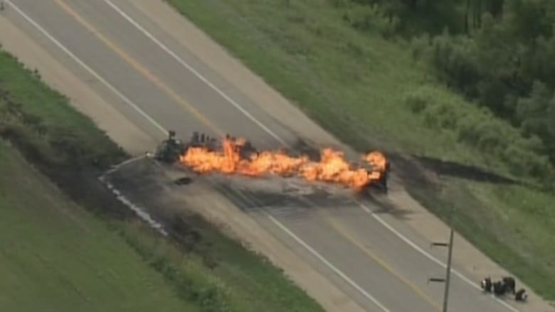 بالفيديو.. تصادم يسبب حريقا بين مركبة وناقلة وقود بأمريكا