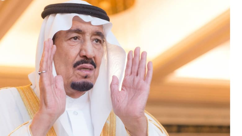 العاهل السعودي الملك سلمان يؤدي صلاة العيد في المسجد الحرام بمكة المكرمة