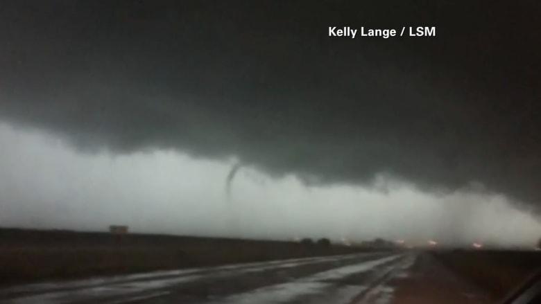 بالفيديو.. مشهد مرعب لإعصار ضخم في الينوي