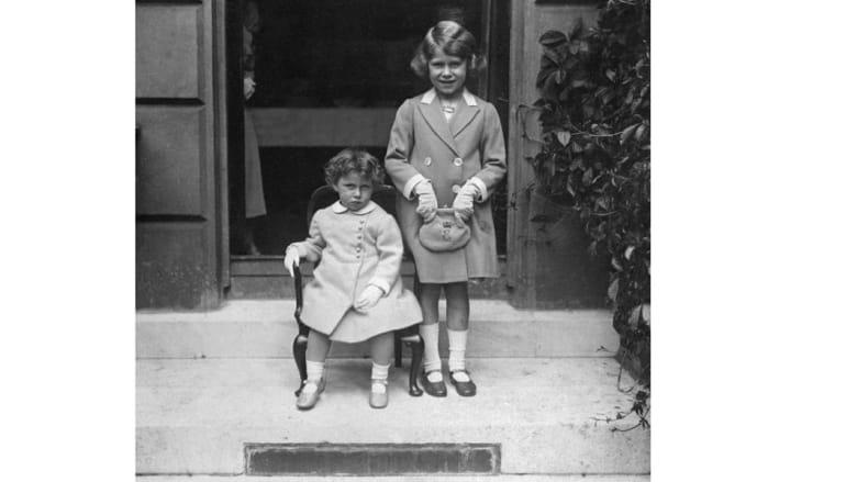 """صحيفة """"ذي صن"""" تستفز الملكة اليزابيث بنشر فيلم لها وهي بعمر 6 سنوات تؤدي التحية النازية"""