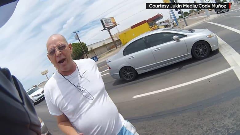 سائق مخمور يهاجم قائد دراجة بخارية وصديقته لمخالفته القانون.. وكاميرا الخوذة ترصد الاشتباك