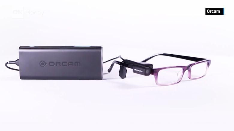 شاهد.. نظارات ذكية تقرأ النصوص للمكفوفين