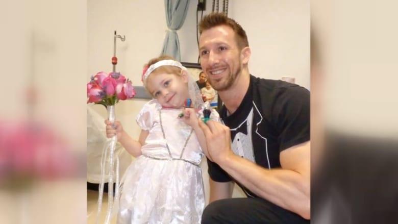 """بالفيديو.. ممرض يحقق حلم طفلة في الرابعة مصابة بالسرطان و""""يتزوجها"""""""