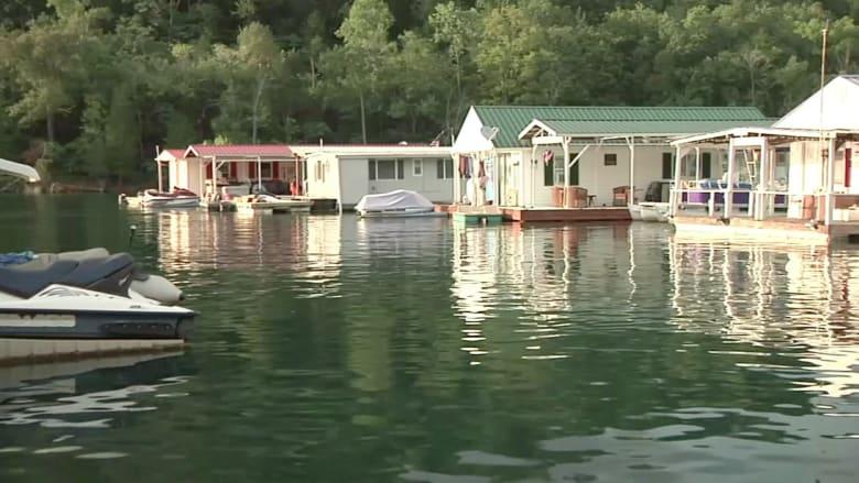 بالفيديو.. آلاف البيوت العائمة تهدد البيئة في ولاية تينيسي