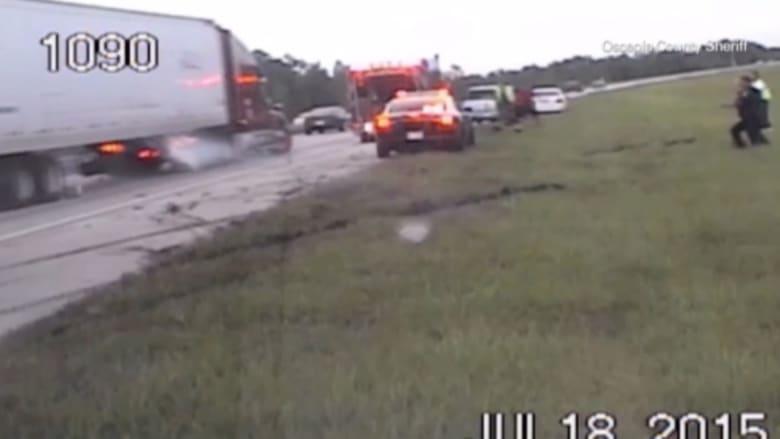 بالفيديو..شاحنة تداهم فرق الإنقاذ خلال عملهم في حادث مروري