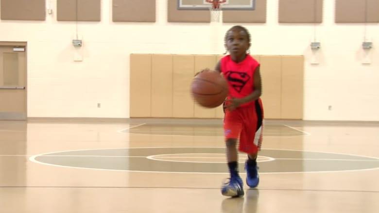 بالفيديو.. طفل في الخامسة يلعب كرة السلة باحترافية عالية