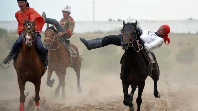 شاهد.. جنون محاربي قيرغيزستان
