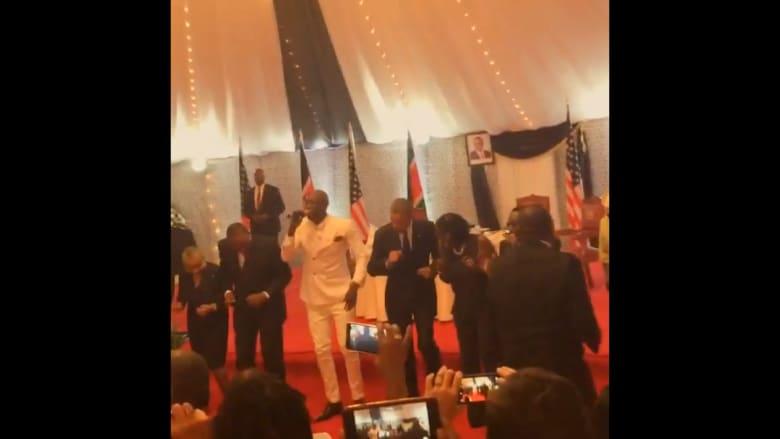 """شاهد.. أوباما يرقص """"ليبالا"""" في كينيا"""