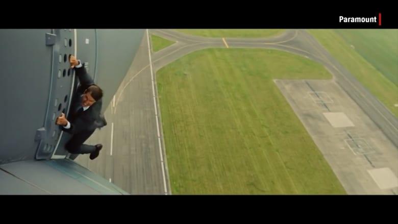 شاهد.. كيف تعلّق توم كروز بطائرة دون خدع بصرية
