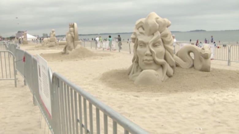 بالفيديو.. رمال الشاطئ تتحول لمعرض منحوتات