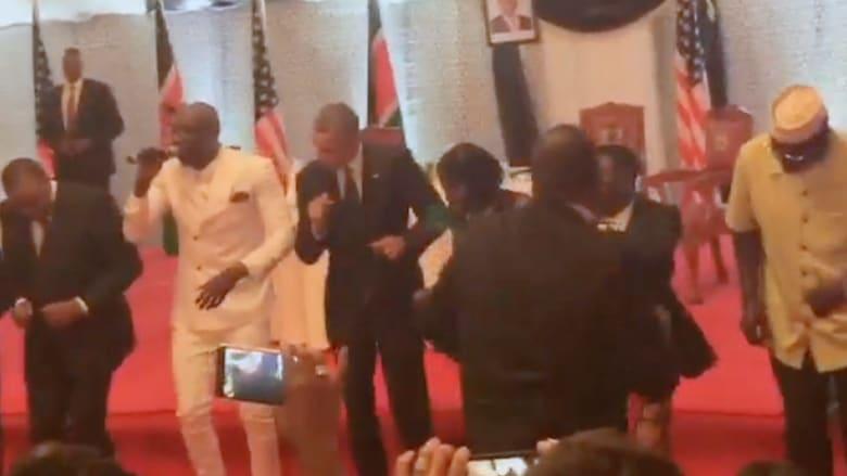 5 مشاهد من زيارة أوباما إلى كينيا.. أبرزها رقصة وحضن ودرس عن المثليين