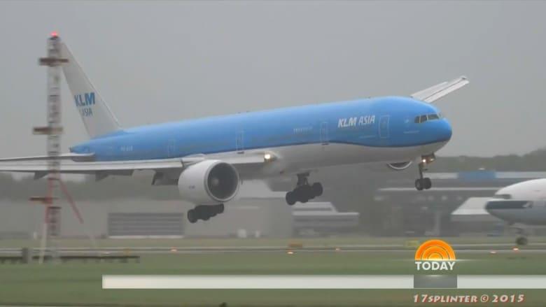 بالفيديو.. طائرة ركاب تنجو من عاصفة جوية