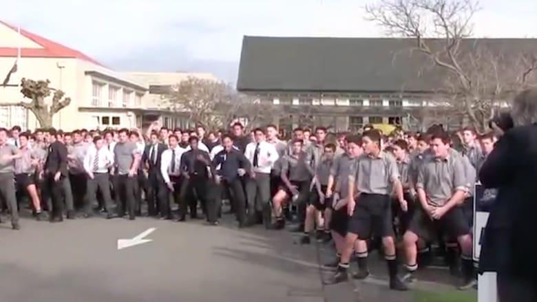 بالفيديو.. طلاب يرقصون في جنازة معلمهم بنيوزلندا