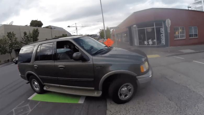 بالفيديو.. سائق دراجة يوثق لحظة دهسة في سياتل