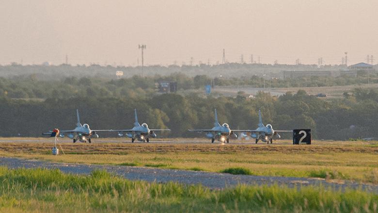 أربع طائرات من طراز F-16 بلوك تتأهب للإقلاع من قاعدة فورت ورث- بولاية تكساس لتنضم إلى أسطول طائرات سلاح الجو المصري