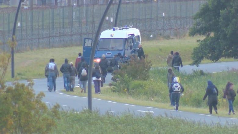 بالفيديو.. مهاجرون يخاطرون لعبور نفق أوروبا وينتظرون فرصا قاتلة